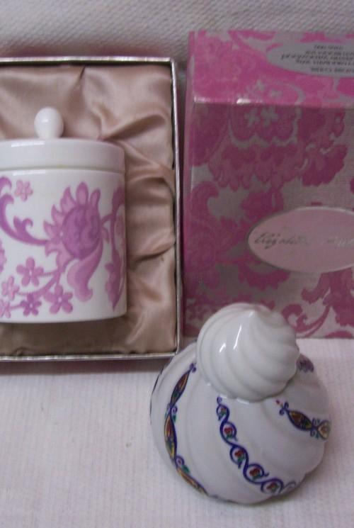 Van Wedgwood voor Elizabeth Arden een rare vintage bathroom jar in originele doos