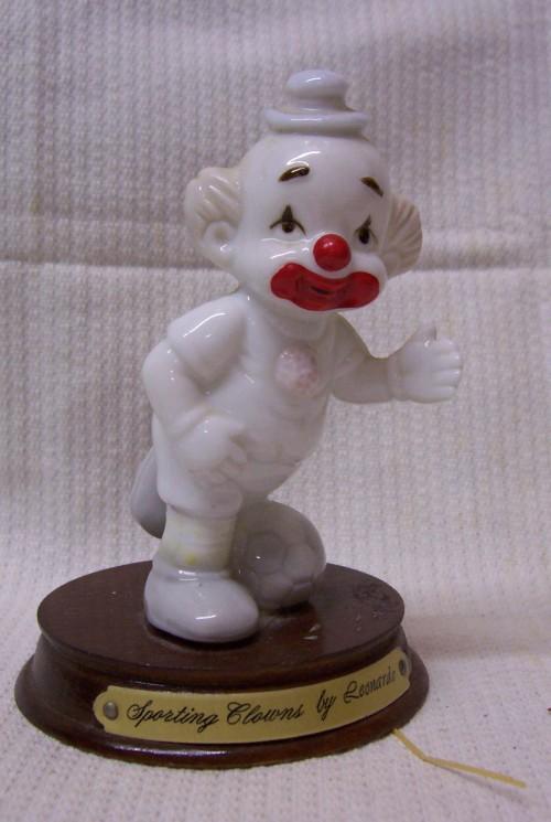 Beeldje van Voetballer clown van Leonardo