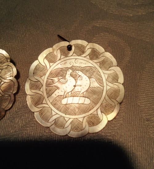 Antieke Chinese parelmoer speelfiches aan gouden oorhangers