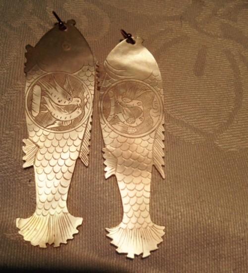Gouden oorhangers met antieke Chinese parelmoer visjes