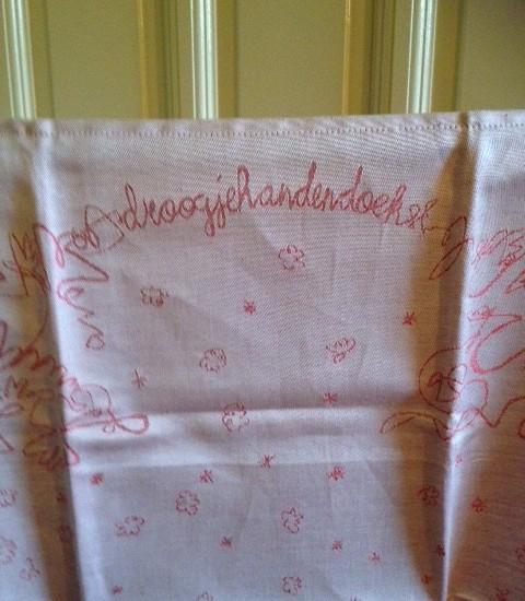 """Een rose/rode """"droogjehandendoek""""  ontwerp van Karijn Otjes"""
