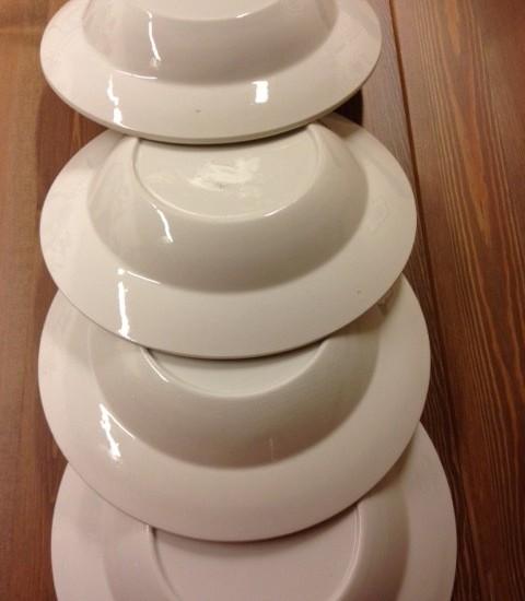 Diepe vintage borden van Boch aardewerk in cremekleur