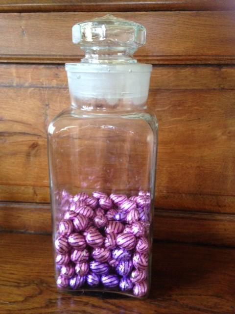 Grote vierkante brocante snoeppot van glas met glazen deksel