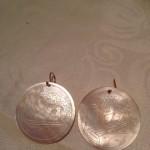Ronde antieke parelmoer fiches aan gouden oorhangers