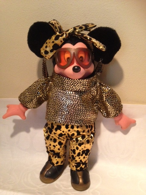 Minnie Mouse als disco girl in goud lame uit de seventies