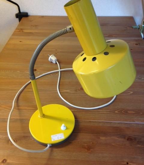 Retro gele bureaulamp uit de sixty's.