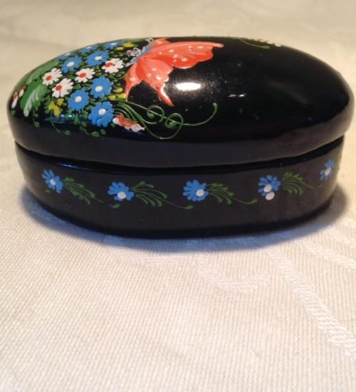 Lief zwart lak doosje ovaaltje met bloempjes en vlinder