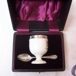 Engelse Welsh eierdop met zilver beslag en lepeltje in foudraal