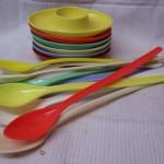 6 gekleurde plastic eierdopjes uit de fifties – sixties