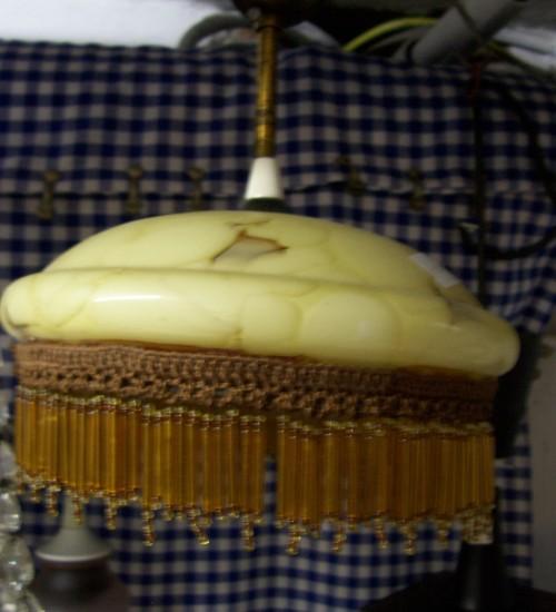 Art-deco hanglamp met gemarmerde kap en rand van glas en kralen 1920