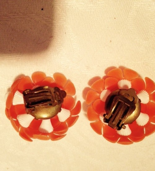 Knaloranje plastic margrietjes oorclips en colliertje uit 1940-1950