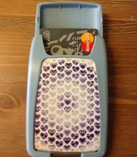 Pasjeshouder van  blauw plastic met hartjes