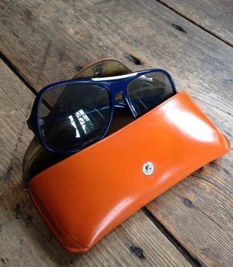 1970's Polaroid Holland zonnebril blauw/wit plastic in oranje etui