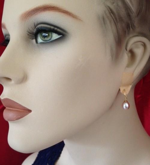 Oorbellen met glanzende rose parel aan gouden oorhangers