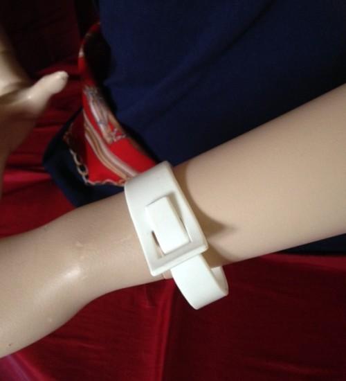 Seventies vintage scharnierende armband in wit plastic