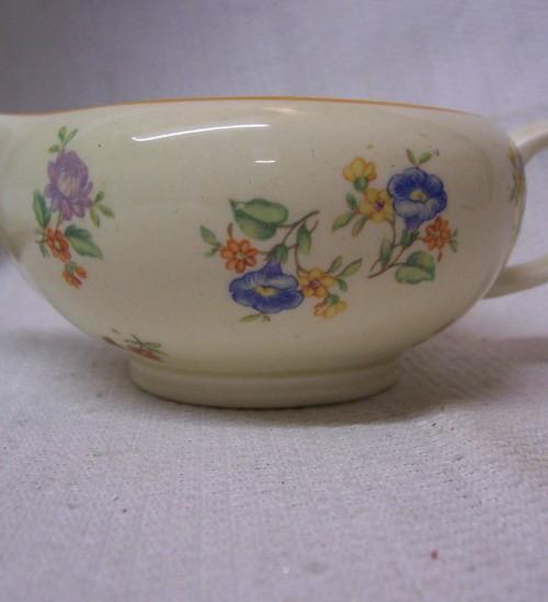 Melkkannetje van Societe Ceramique Maastricht met Boudewijn bloemetje