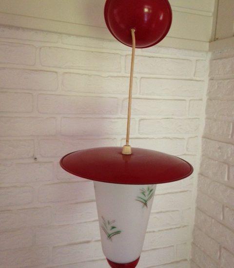 Retro jaren 1950 lantaarn hanglamp melkglas en rood metaal