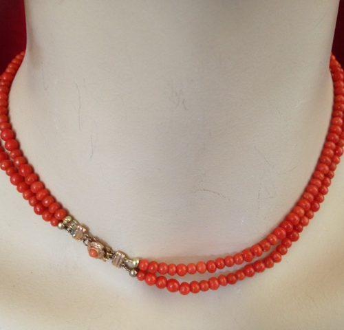 Elegant antiek bloedkoraal 2 rij-ig collier aan gouden slotje