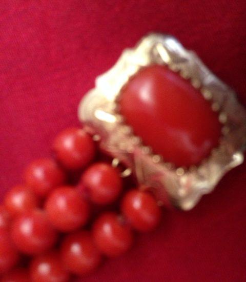 Armband van antieke ronde , rode bloedkoralen aan rechthoekig gouden slot