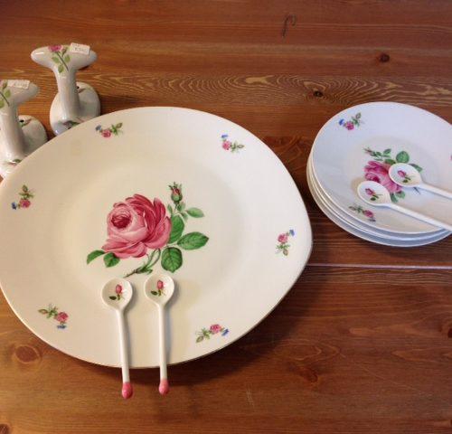Brocante porseleinen servies met porselein lepels vol roze roosjes