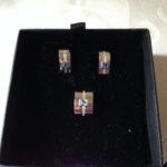 Wit gouden set een omega collier met hanger en oorstekers met topaas en briljant van Le Chic