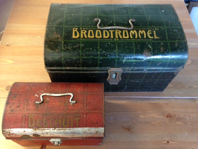 Set art deco brood en beschuit blikken in rode en groene ruit