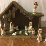 Lieflijk klein kerststalletje met aardewerk Kerstfiguurtjes uit de 80's.