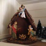 Snoezige oude kleine kerststal van early plastic uit de jaren 1950