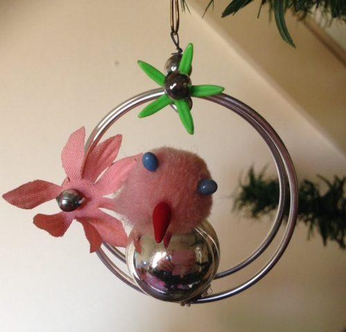 Oude kerstbal ivv een vogel met stoffen kopje  in een ring