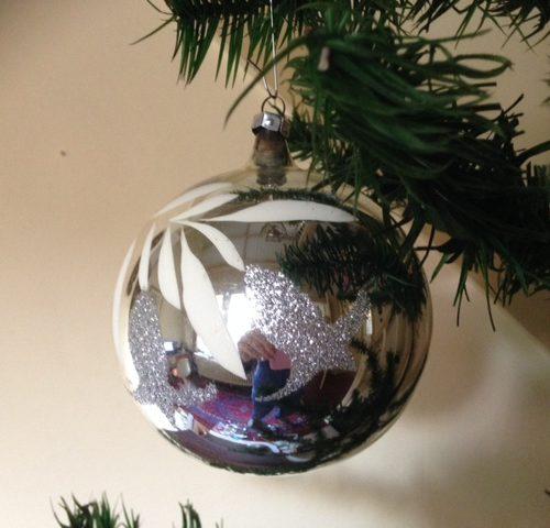 Grote zilveren kerstbal van dun geblazen glas diameter 10 cm.