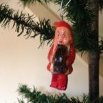 Antieke kerstkabouter van papier mache of masse