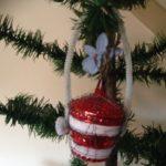 Antieke kerstbal een bloemenmand van glas met bloem van papier