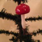 Antieke kerstbal een paddenstoel van heel dun geblazen glas op veer begin 1900