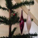 Chique set van 2 oude pegelvormige glazen kerstballen jaren 1970