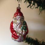 Oude kerstbal van dun glas een hangende Kerstman in rood pak jaren 1950