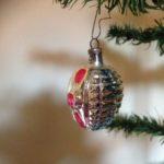 Antieke kerstbal een lampion in zilver, blauw en roze van rond 1900