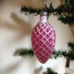 Oude antieke kerstbal hard roze dennenappel 1e helft vorige eeuw