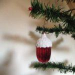 Antieke kerstbal een rode eikel met besneeuwde nap 1e kwart vorige eeuw