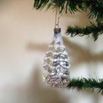 Grote kerstbal in de vorm van een zilveren kerstboom van dun glas