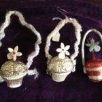Antieke kerstbal een bloemenmand van dun glas aan hengsel van chenille