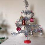 Antiek piepklein kerstballetje met plastic dopje van dun glas voor feathertree of tinselboompje