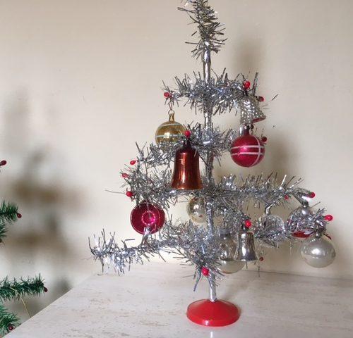 Piepkleine kerstbal van glas in zilver met prachtige patine voor feathertree of tinselboompje
