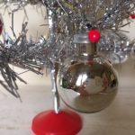 Piepkleine oude kerstbal van glas voor feathertree of tinselboompje