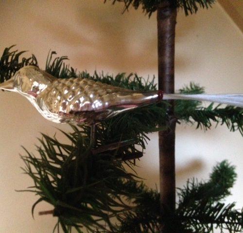 Antieke of oude kerstbal een vogel van dun geblazen glas in zilver