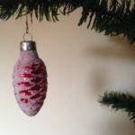 Roze oude kerstbal een dennenappel van glas rond 1950
