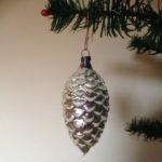 Zilveren oude kerstbal- dennenappel van dun glas eerste kwart 1900