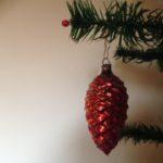 Mooie oude kerstbal een dennenappel van dun geblazen glas in rood