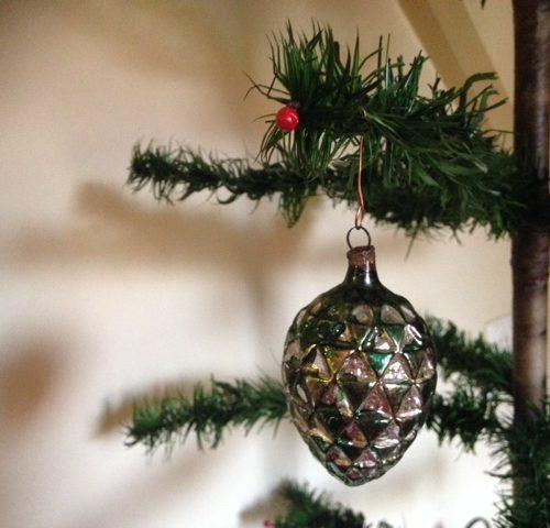 Antieke kerstbal een rode dennenappel met veel relief van vliesdun glas