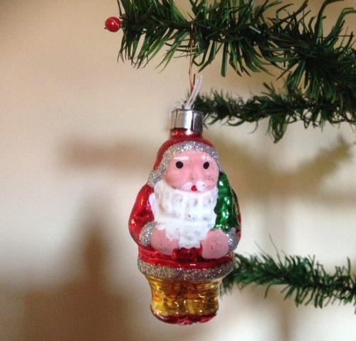 Een kerstbal van geblazen glas een flinke, vrolijke kerstman