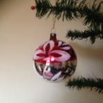 Flinke oude kerstbal van dun geblazen glas in zilver, rood en wit midden 1900